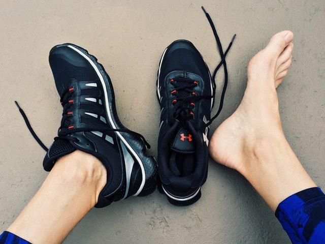 Fot jämsides med sko