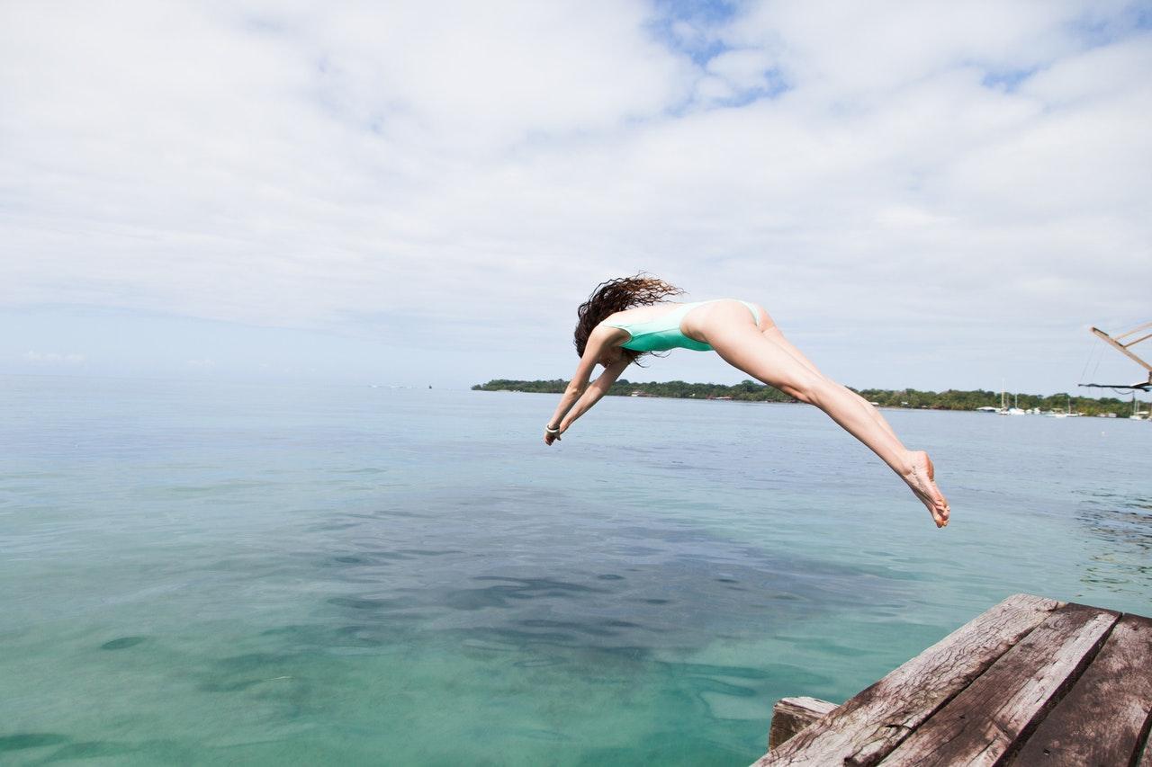 Kvinna dyker i havet